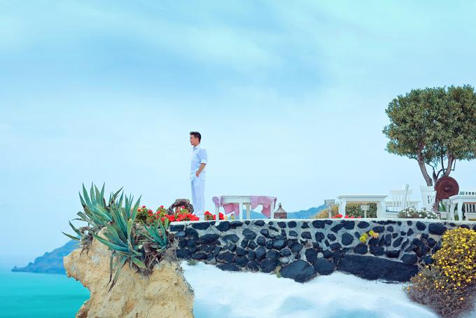 Mr. Đàm khám phá từng ngõ ngách Santorini để chụp ảnh bìa album mới - 3