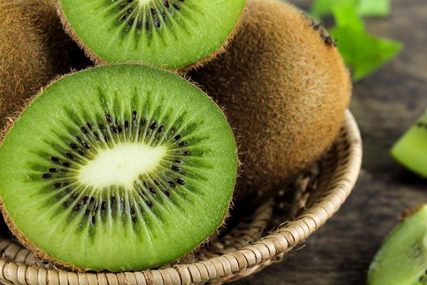 Theo các chuyên gia, kiwi là một trong những loại trái cây giàu dinh dưỡng nhất vì hàm lượng vitamin C cao, khoảng 70 mg trong 100 g kiwi. Chưa kể, kiwi còn chứa nhiều kali, axit omega 3 và các chất chống oxy hóa khác.