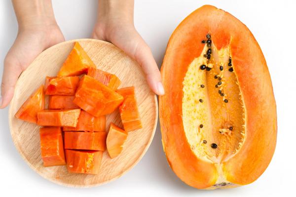 100 g đu đủ chứa khoảng 62 mg vitamin C. Ngoàira, đu đủ còn rất giàu chất chống oxy hóa carotene và flavonoid, vừa làm trắng vừa giúp da căng mịn.