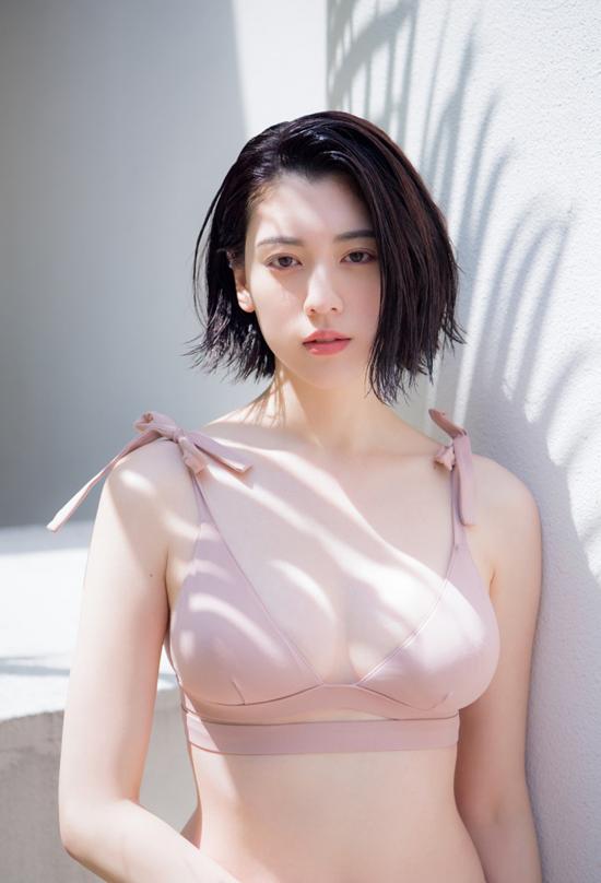 Miyoshi Ayaka lần đầu xuất hiện trên tờ Weekly Playboy.