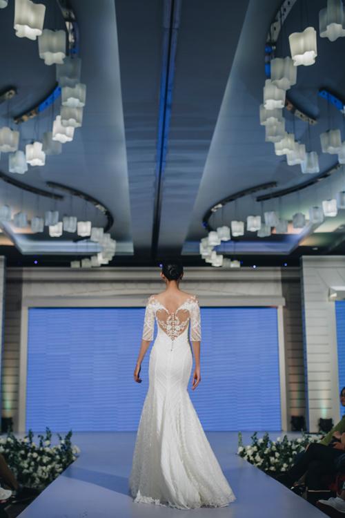 Cô dâu có độ đằm, nữ tính vàquyến rũ khi mặc những chiếc váy được thiết kế với khoảng hở tinh tế.