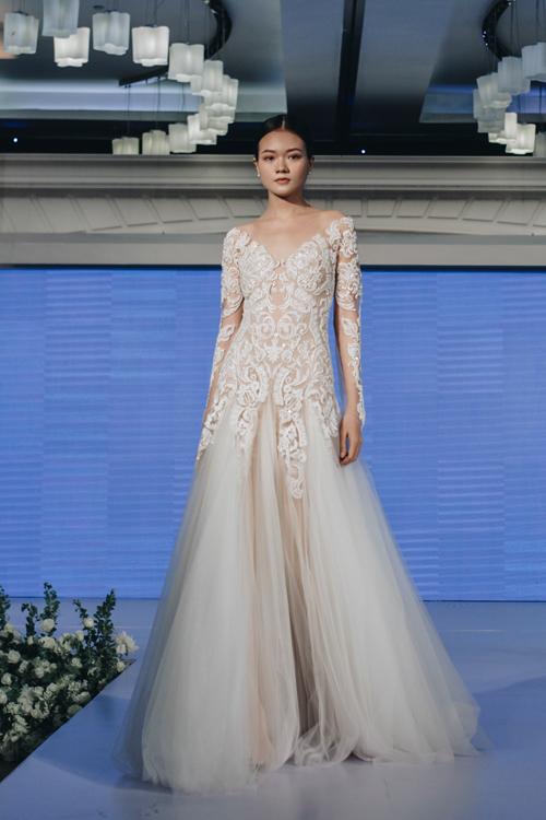 Cách tạo phom layer kết hợp giữa chất liệu xuyên thấu vải vải màu nude tạo hiệu ứng thị giác đặc biệt cho thiết kế váy cưới dáng sheath.