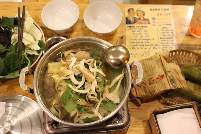 Ngoài các loại bánh ăn vặt, khách đến quán còn có thể ăn lẩu gà nấm cho nhóm đông người.