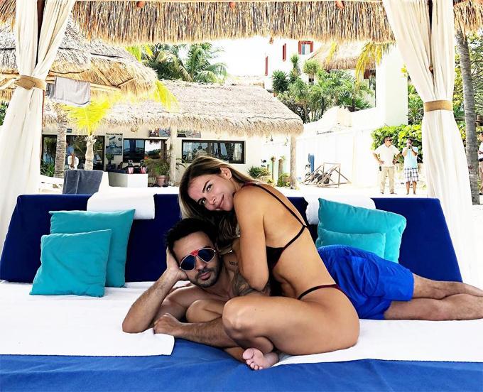 Vợ chồng Luis Fonsi thư giãn tại khách sạn Faena Miami Beach trước buổi tiệc.