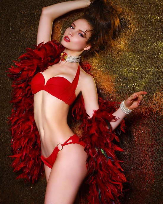 Yulia trong phần thi ảnh bikini.