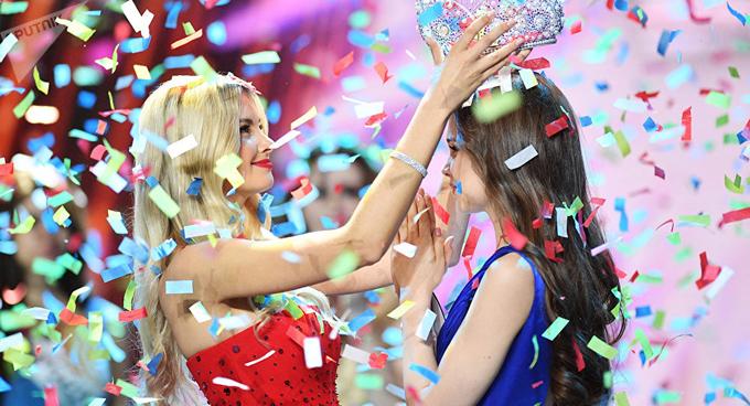 Cô nhận lại vương miện từ Hoa hậu Nga 2017, Polina Popova.