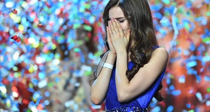 Yulia vui sướng nghẹn ngào khi được xướng tên. Cô gái 18 tuổi không khỏi bất ngờ khi cuộc thi năm nay hội tụ rất nhiều nhan sắc xinh đẹp, nổi bật. Tôi vô cùng hạnh phúc. Không từ nào có thể diễn tả nỗi điều này, Yulia thổ lộ sau đêm chung kết.