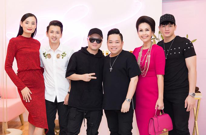 Vợ chồng Lê Thúy chụp ảnh cùng nhà thiết kế Đỗ Mạnh Cường, doanh nhân Huy Cận, diễn viên Diễm My và người mẫu Lê Xuân Tiền. Đây là những đàn anh, đàn chịthân thiết với cô nhiều năm nay.