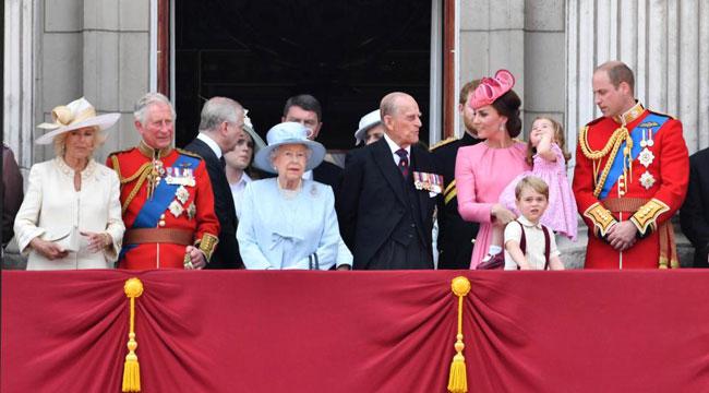 Hoàng gia Anh luôn tuân thủ theo thứ bậc.