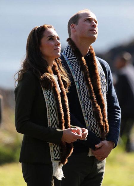 Vợ chồng Kate từng bị chỉ trích vì diện đồ lông thú.