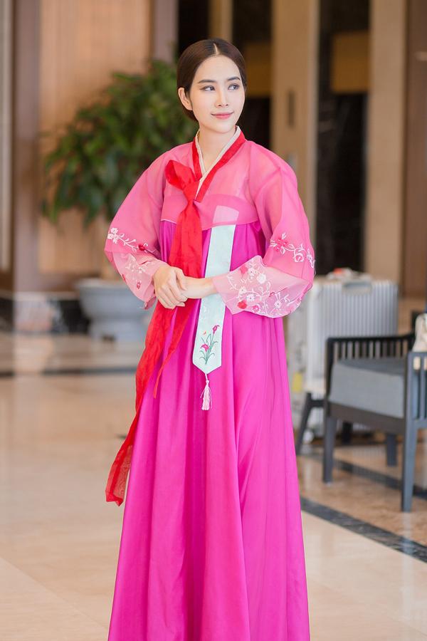 Hoa khôi đồng bằng sông Cửu Long 2015 mặc hanbok - trang phục truyền thống Hàn Quốc - để bày tỏ tình cảm của mình với các vị khách đến từ đất nướckim chi.