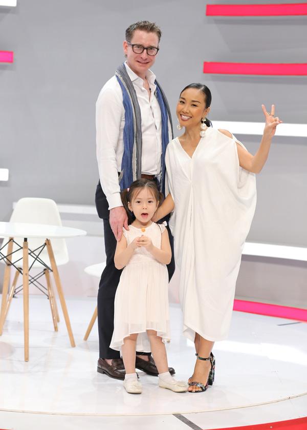 Vợ chồng Đoan Trang được mời tham gia chương trình Là vợ phải thế. Bé Sol theo bố mẹ tới buổi ghi hình.