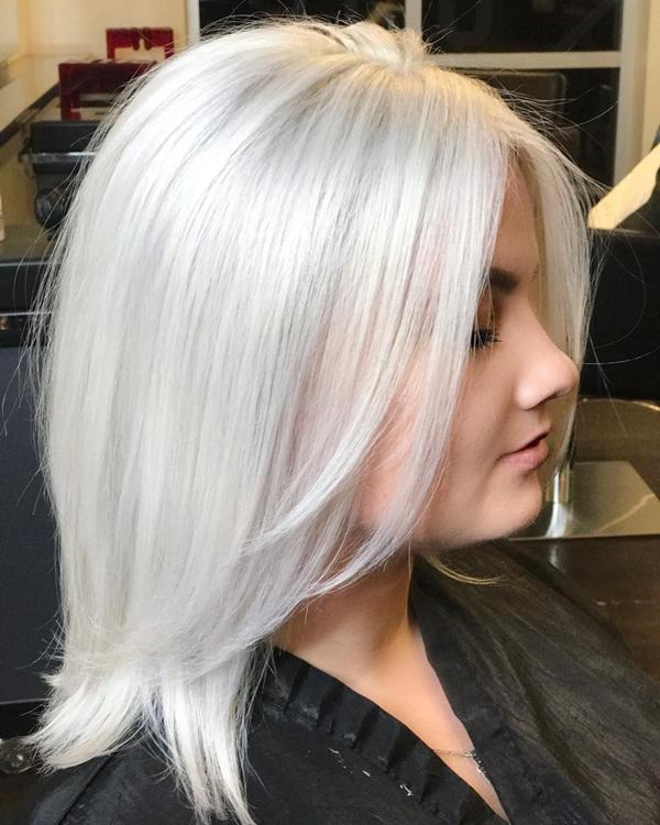Màu bạch kimMàu nhuộm bạch kim rất được ưa chuộng trong vài năm trở lại đây và chưa hề có dấu hiệu hạ nhiệt. Màu nhuộm này giúp làm sáng da, hợp với kiểu