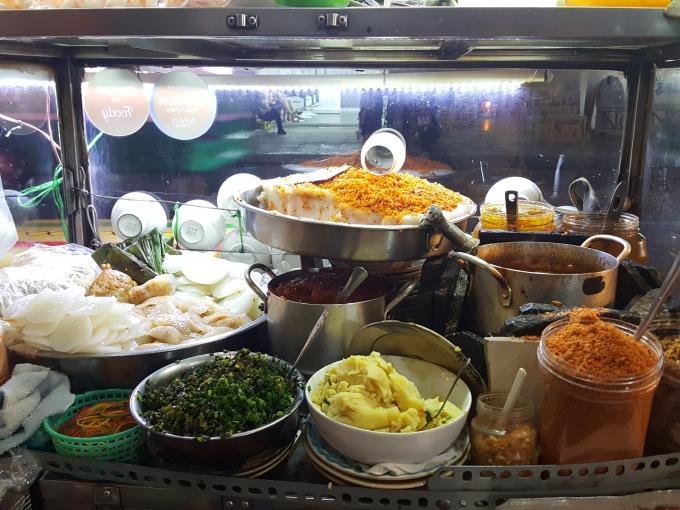 Tiệm bánh bèo Huế nhà làm bình dân ở Sài Gòn - 1