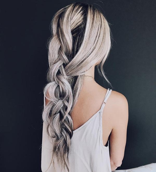 Màu muối tiêu Đây là phiên bản mới của màu xám khói. Màu tóc muối tiêu không hề khiến bạn già đi khi được tạo kiểu điệu đà.
