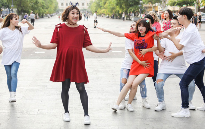 Bà bầu Trấn Thành tỏ ra đanh đá, xô đẩy Hari trên phố đi bộ.
