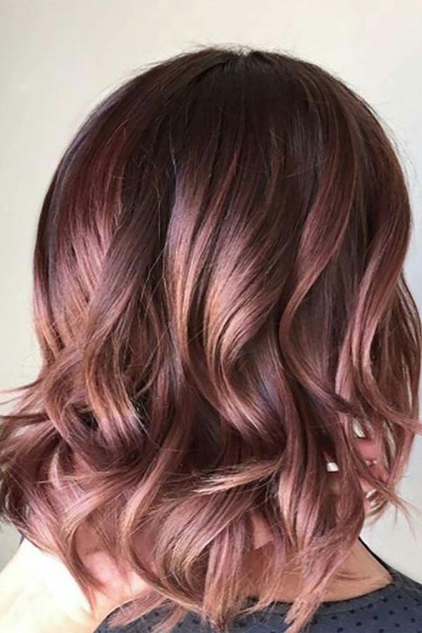 Màu hồng nâuMàu tóc này giúp làm sáng da. Bạn có thể tùy chỉnh sắc thái nâuhoặc hồng nhiều hơn tùy theo sắc tố da.