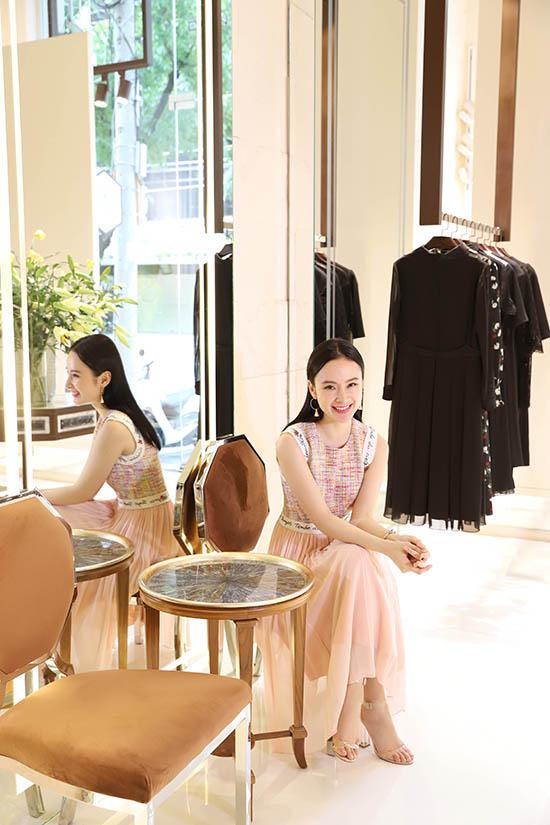 Angela Phương Trinh chia sẻ, ở mùa thời trang trước, cô rất ấn tượng với bộ sưu tập Thứ sáu của chị của Công Trí. Người đẹp háo hức chờ đón giờ khai màn để được chiêm ngưỡng các trang phục mới của nhà thiết kế tài năng.