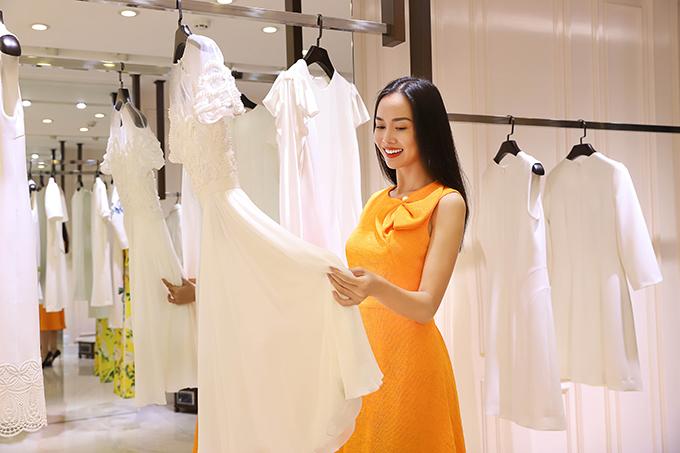 Vũ Ngọc Anh ăn diện nổi bật khi cùng các người đẹp góp mặt trong buổi chọn váy áo đi trẩy hội thời trang.