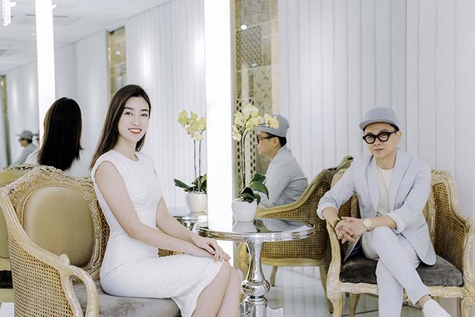 Chiều ngày 16/4, hoa hậu Đỗ Mỹ Linh cùng dàn người đẹp nổi tiếng của làng giải trí Việt đã có mặt tại cửa hàng thời trang của Công Trí để chọn trang phục tham dự fashion show sắp tới.
