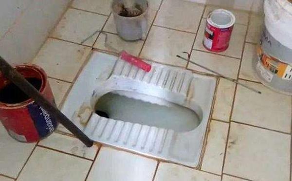 Bồn cầu trong phòng khám ở Kerala, nơi thi thể bé gái được thợ ống nước đưa lên. Ảnh: NDTV