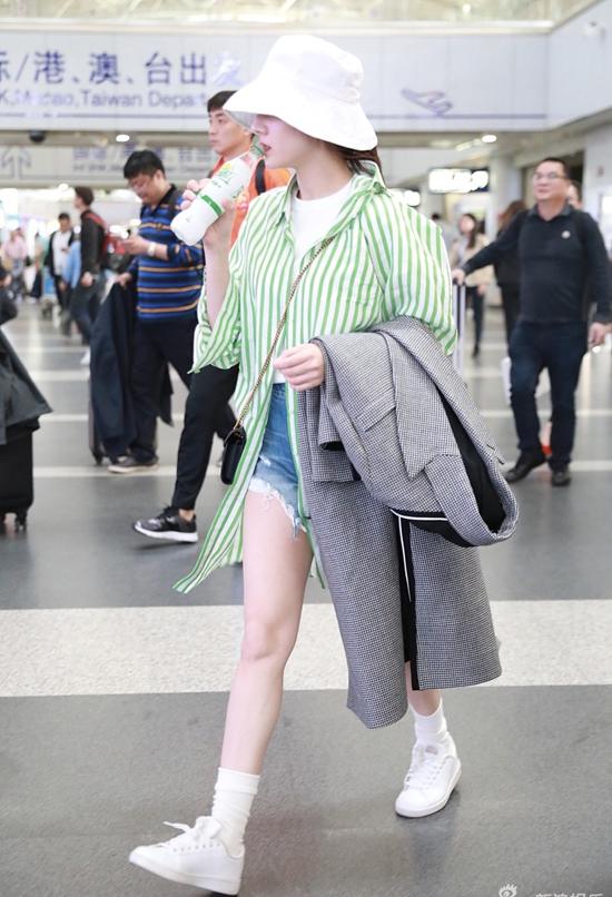 Địch Lệ Nhiệt Ba xuất hiện tại sân bay hôm 16/4, cô trên đường trở về quê nhà sau đợt tuyên truyền quảng bá cho bộ phim điện ảnh mới 21 Carat tại Bắc Kinh. Thời gian này, Nhiệt Ba đang bận rộn với những cảnh quay của tác phẩm điện ảnhmới Nhật Nguyệt Truyền Kỳ.