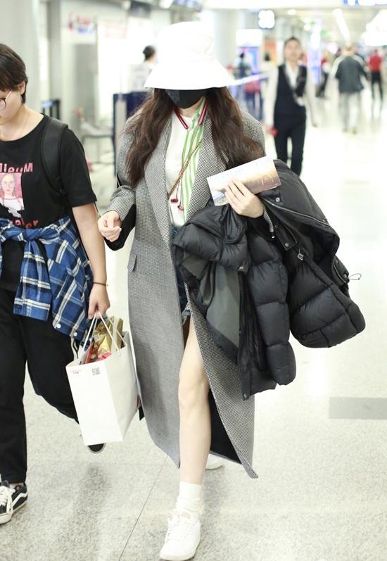 Cô nàng kín cổng cao tường khi rời khỏi sân bay.