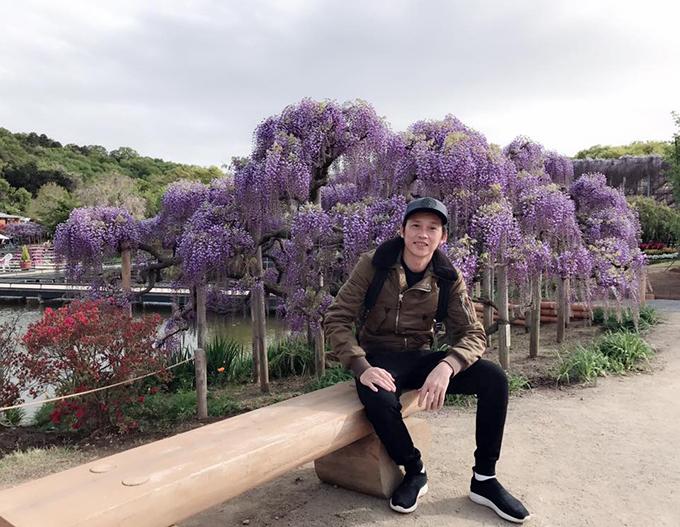 Hoài Linh tranh thủ những ngày nghỉ trong tour lưu diễn để ngắm hoa tử đằng. Anh viết: Toàn hoa là hoa. Hoa tử đằng đẹp hú hồn, thơm hú vía cả nhà ạ.