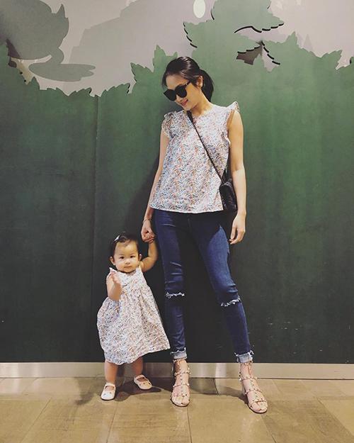 Hai mẹ con Yến Phương - bà xã Lam Trường - diện đồ đôi hoạ tiết hoa nhí.