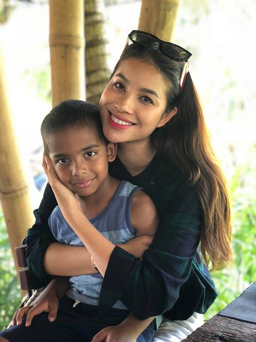 Phạm Hương thân thiết với một em nhỏ trong chuyến công tác tại Bali (Indonesia).