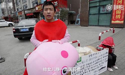 Ông bố mặc như heo Peppa Pig để bán bánh kiếm tiền chữa bệnh cho con