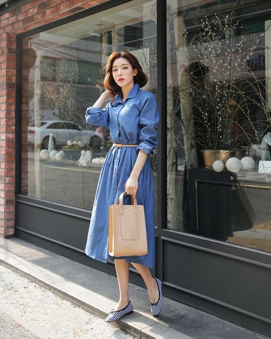 Phối cùng váy đầm phom dáng rộng mang lại sự thoải mái là các kiểu giầy đế bệt, giầy búp bê, dép sandal tạo cảm giác nhẹ nhàng.