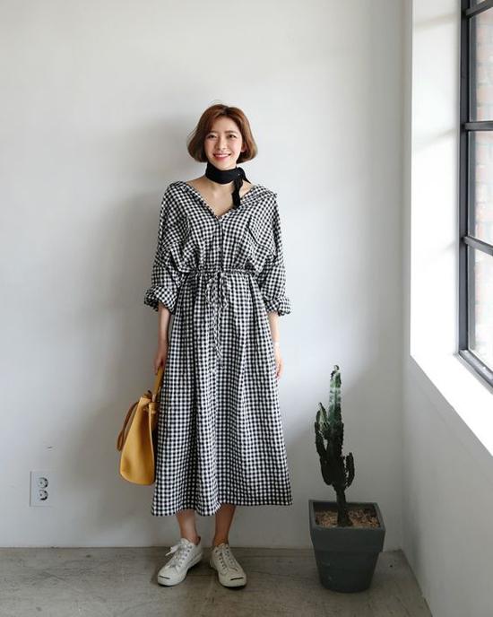 Những kiểu váy thùng thình được may trên chất liệu vải thân thiệt với cơ thể phù hợp tiết trời mùa hè. Bên cạnh đó chính kiểu dáng đơn giản, phóng khoáng giúp nhiều mẫu đầm sơ mi dễ dàng kết hợp cùng các kiểu túi xách, giày dép đa dạng.