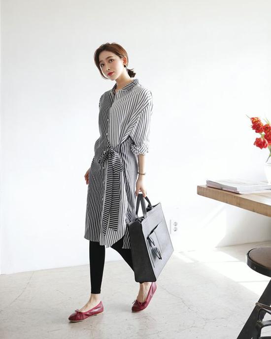 Cùng với tông màu đơn sắc, nhiều loại vải kẻ sọc trên nền thoáng mát của cotton, ka tê lụa cũng được sử dụng để xây dựng các kiểu váy hợp mùa.