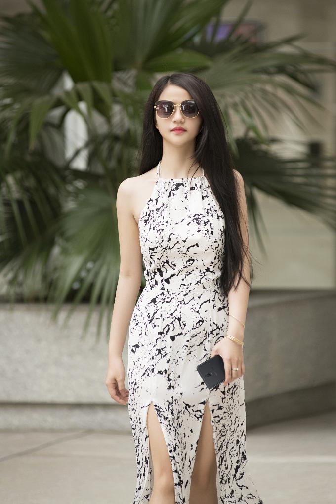 Giỏ đồ du lịch ngoài bikini hoặc tankini, bạn có thể sắm thêm một chiếc váy maxi hoa để đi dạo trước biển.