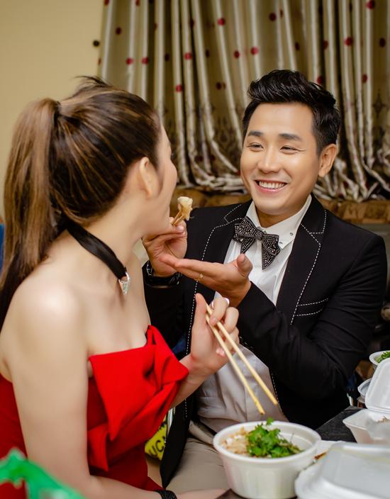 Chàng MC còn chăm sóc, đút đồ ăn cho đàn chị khiến Lý Nhã Kỳ rất hạnh phúc.