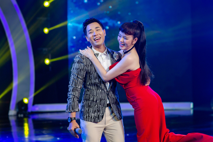 Năm nay Nguyên Khang khá đắt show MC khi liên tục dẫn dắt nhiều gameshow ăn khách. Riêng Lý Nhã Kỳ vừa vướng tin đồn bị bắt, nhưng cô đã phủ nhận và xuất hiện với vẻ rạng rỡ.