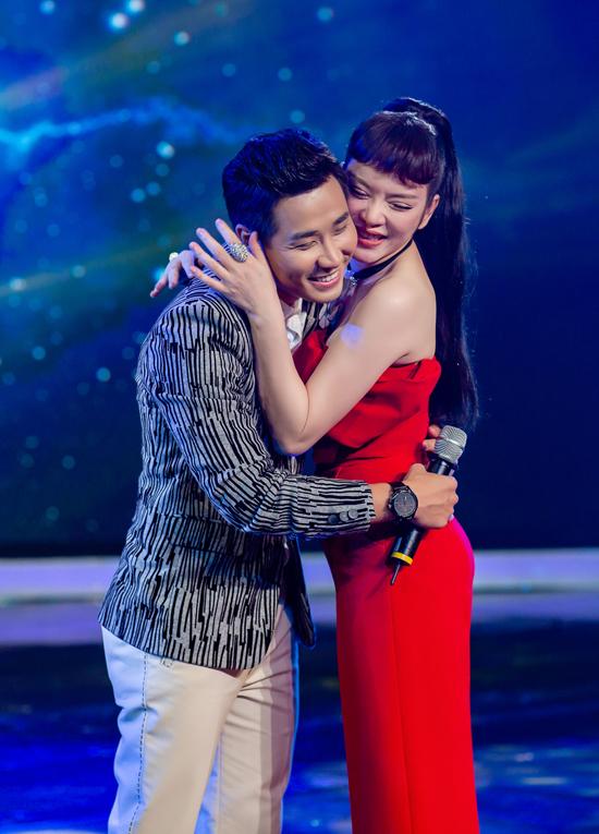 Trên sân khấu, cả hai ôm nhau rất tình tứ, thể hiện tình bạn lâu năm.