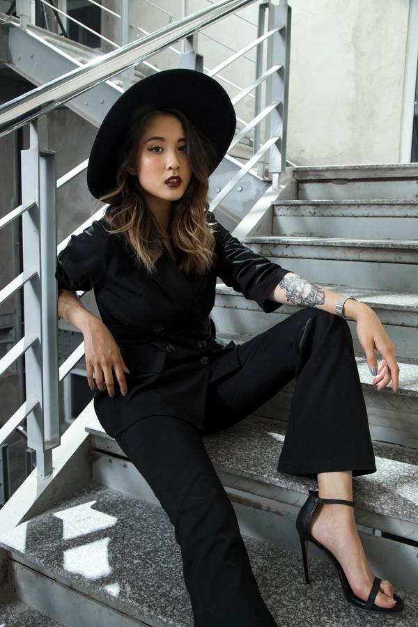 Julia Đoàn chọn mũ fedora và sandals quai mảnh để hoàn thiện set đồ all black của mình.