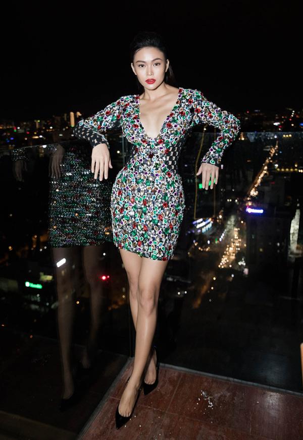 Mâu Thủy là khách mời trong một event về thời trang. Người đẹp nổi bật với bộ cánh đầy màu sắc lấp lánh.