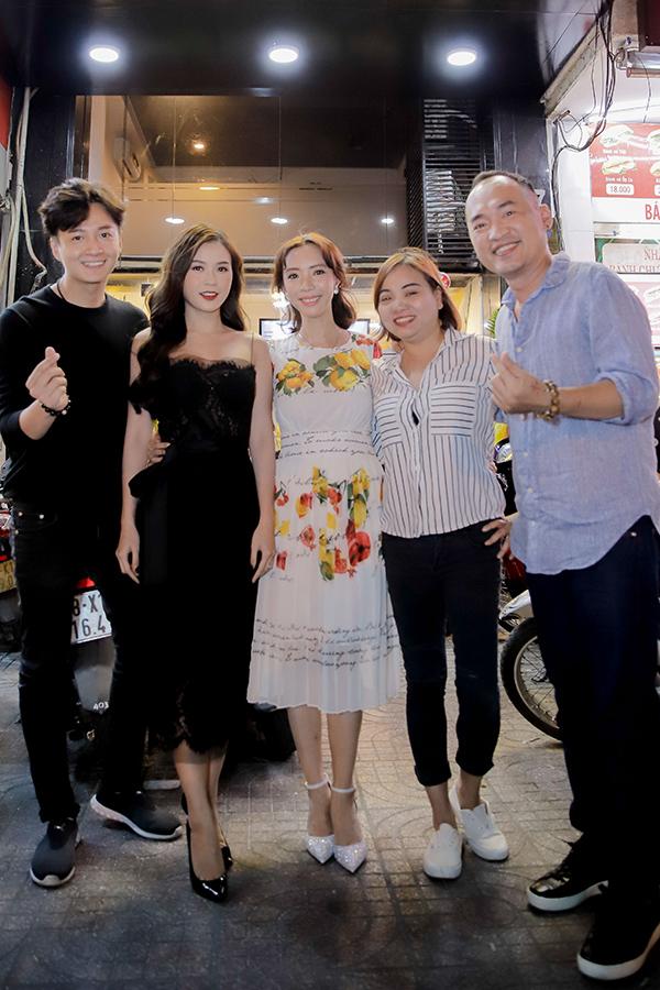 Vợ chồng Thu Trang - Tiến Luật đón tiếp các khách mời đến dự khai trương quán trà sữa.