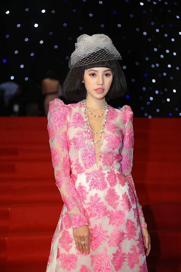 Jolie Nguyễn đội tóc giả, đội mũ công nương và chọn áo dài theo đúng ý tưởng tạo hình trong bộ sưu tập mới của Công Trí.