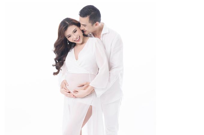 Vợ chồng Lương Thế Thành - Thúy Diễm trong bộ ảnh kỷ niệm thời kỳ bầu bí.