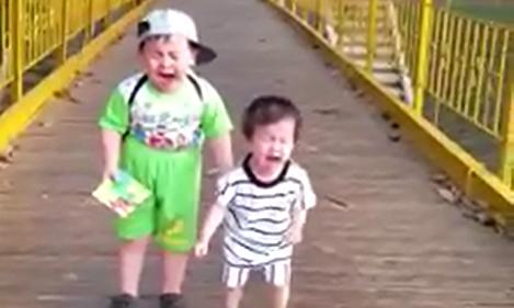 Hai em bé khóc nức nở vì sợ đi qua cầu