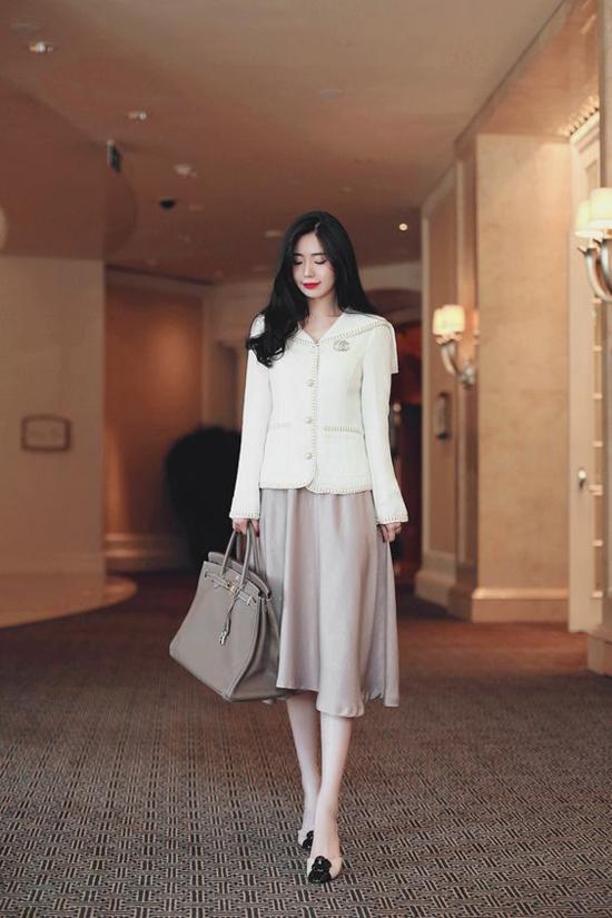 Đối với những cô nàng muốn giữ nguyên tinh thần hoài cổ khi diện mốt váy xoè qua gối thì có thể phối hợp áo giảvest trang nhã.