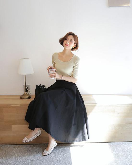 Với áo thun cổ tròn, sơ mi trang nhã hay các kiểu áo biến tấu nhẹ nhàng thì chân váy midi vẫn tạo nên sự liên kết chắt chẽ.
