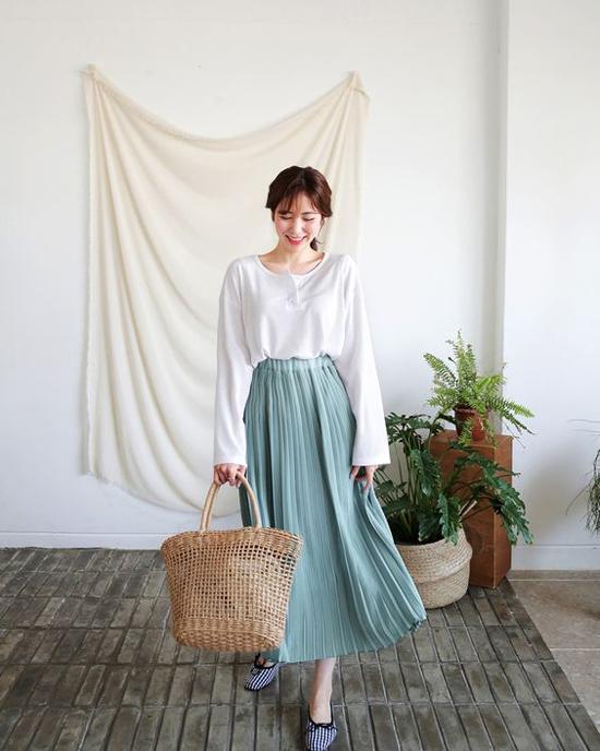 Chân váy xếp ly từng tạo nên cơn sốt ở mùa thời trang 2016/2017 vẫn âm ỉ len lỏi trong trào lưu ăn mặc thịnh hành. Chúng được lựa chọn để kết hợp cùng các kiểu áo lụa, áo thun trắng thanh nhã.
