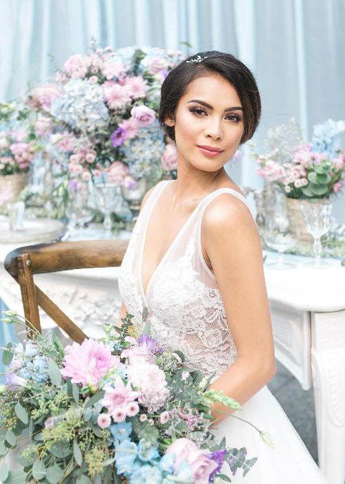 Cô dâu, nhân vật chính của buổi tiệc, cóphong cách thời trang tinh tế với chiếc váy ren hoa và cách makeup tông màu tự nhiên.