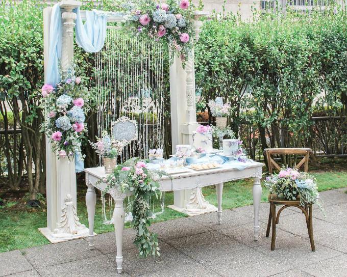 Bên cạnh bàn lưu niệm, cô dâu chú rể có thể sắp xếp thêm bàn tiệc ngọt theo xu hướng của những mùa cưới gần đây.