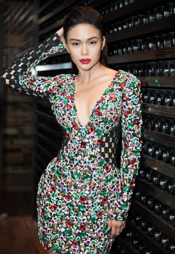 Sau khi đăng quang Á hậu hoàn vũ Việt Nam 2017 Mâu Thủy đầu tư, chăm chút hình ảnh kỹ lưỡng. Cô được nhiều người khen ngày càng sexy.